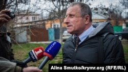 Journalist Mykola Semena talks to journalists before his court appearance in Simferopol on March 20.