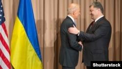 ABŞ-nyň wise-prezidenti Joe Biden (ç) we Ukrainanyň prezidenti Petro Poroşenko (s), Dawos, 20-nji ýanwar, 2016