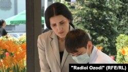 Жительница Душанбе Рухшона Рамазонова с сыном