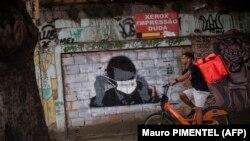 U slamovima Rio de Janeira, narko-bande pokušavaju supstituirati državu provodeći mjere fizičke distance koje je brazilski predsjednik Jair Bolsonaro odbio usvojiti (Brazil, april 2020)