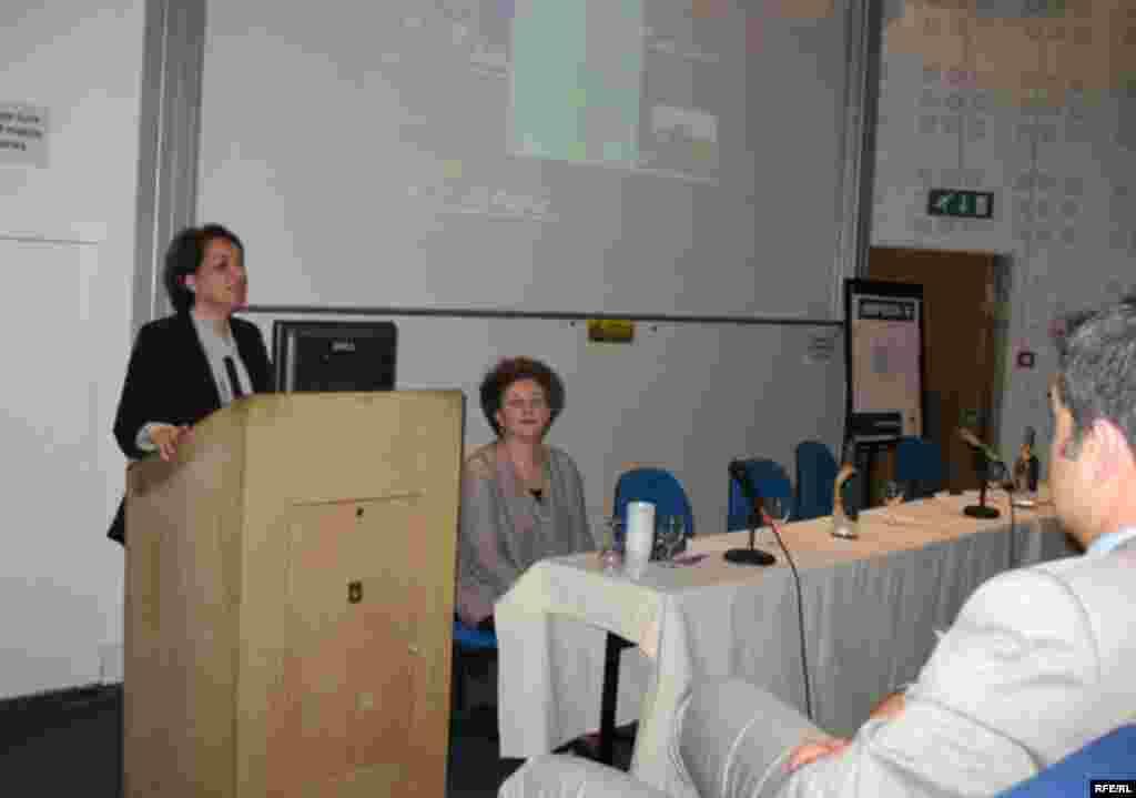 Ташаббускори ҳамоиш, доктор Маъсумаи Турфа барномаҳои нишастро муаррифӣ кард. - Dr. Massoumeh Torfeh of the Center for Media and Film Studies at the Khalili Lecture Theatre, SOAS, University of London, 06June2008 Central Asia Iran culture