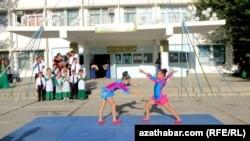 День знаний в средней школе Ашхабада
