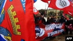 Новороссия ғоясини қўлловчи Бошқа Россия партияси тарафдорлари намойиши.