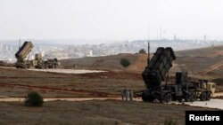 Військові США поруч з зенітними ракетними комплексами MIM-104 Patriot, які також використовуються для перехоплення балістичних ракет