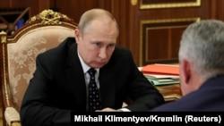 Vladimir Putin Sergei Shoigu ilə görüşür