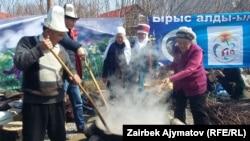 Cүмөлөк бышыруу. (Фото архивден. 2017-жылдын 20-марты. Кыргызстан)