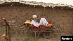 پاکستان کې دا وخت ۱۴ لکه راجسټرډ افغان کډوال ژوند کوي چې ۳۰ سلنه يې په کېمپونو کې اوسيږي.