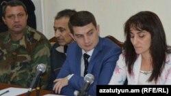 Լեռնային Ղարաբաղ - Դիլհամ Ասկերովը (ձախից երկրորդը) դատարանում, 27-ը հոկտեմբերի, 2014թ.