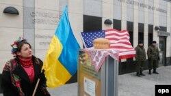 Zastava Ukrajine i Sjedinjenih Država ispred američke ambasade u Kijevu