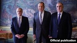 Слева направо: главы МИД Армении, России и Азербайджана – Зограб Мнацаканян, Сергей Лавров и Эльмар Мамедъяров, Москва, 15 апреля 2019 г.