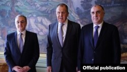 Armenia's Zohrab Mnatsakanian (left to right), Russia's Sergei Lavrov, and Azerbaijan's Elmar Mammadyarov met in Moscow on April 15.