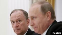 Николай Патрушев, секретарь Совета безопасности России (слева), президент России Владимир Путин. Москва, 26 мая 2015 года.