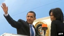 باراک اوباما و همسرش در حال ترک لندن