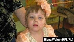 """Лиза Судникович, девочка с диагнозом """"детский церебральный паралич"""". Темиртау, 25 августа 2011 года."""