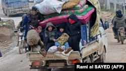 Сирийские беженцы покидают районы боев. 13 февраля 2020 года.