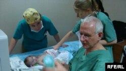 طفل يعالجه اطباء ايطاليون