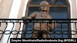 Пам'ятник Нестору Махну в місті Старобільськ Луганської області. Із цього балкону Махно виступав у 1920 році