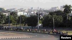 Кубанци чекаат да му одадат почит на починатиот лидер Фидел Кастро, Хавана 28.11.2016.