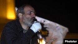 Лидер оппозиционного движения Никол Пашинян выступает на митинге на площади Республики в Ереване, 18 апреля 2018 г.