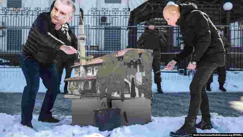 Акция-перформанс против разрушения Ханского дворца у здания российского посольства в Киеве