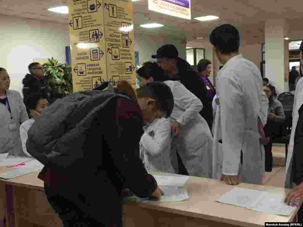 Туысын тізімнен іздеп жатқан азамат. Алматы қалалық № 4 клиникалық ауруханасы.