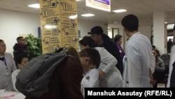 В фойе городской клинической больницы № 4 в день авиакатастрофы. Алматы, 27 декабря 2019 года.