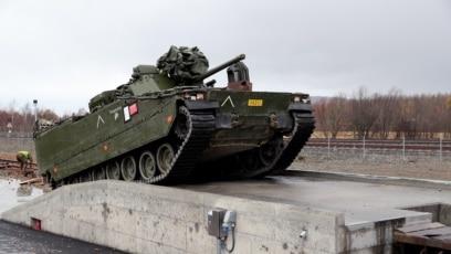 "Norveško pešadijsko borbeno vozilo CV9030 ukrcava se na voz tokom vežbe NATO-a pod nazivom ""Spoj trozupca"" (Trident Juncture) u mestu Stjordal, u Norveškoj 24. oktobra 2018."