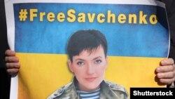 Плакат с изображением Надежды Савченко держит участник акции в ее поддержку. Харьков, 9 марта 2016 года.
