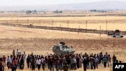 Турецкие курды на турецко-сирийской границе. 25 июня 2015 года.