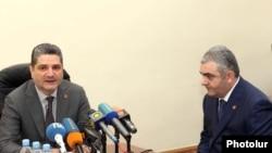 Премьер-министр Армении Тигран Саргсян (слева) представляет Армана Саакяна коллективу Управления по управлению госимуществом, Ереван, 23 июня 2011 г.