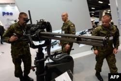 Польские солдаты на международной военно-промышленной выставке в Кельце на юге Польши