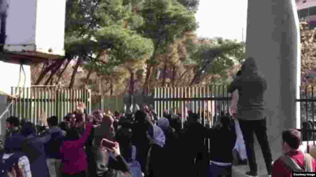 Акция протеста у здания университета в Тегеране.