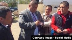 Доорбек Абдразаков во время встречи с мигрантами.