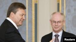 Віктор Янукович вітає голову Європейської ради Германа Ван Ромпея у Києві, 9 липня 2010 року