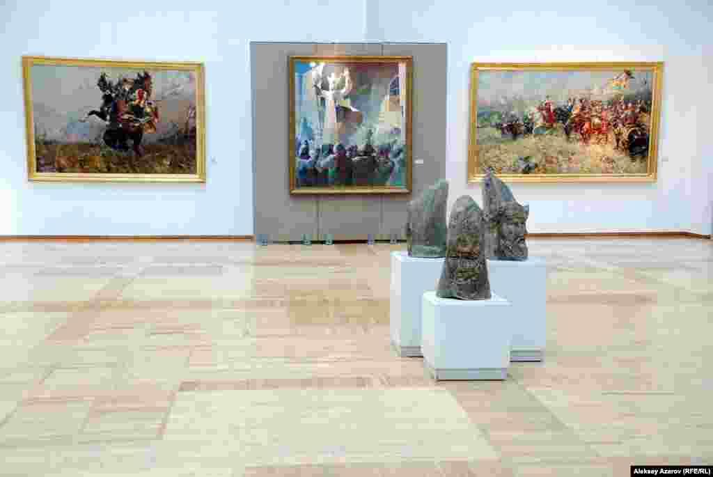 С порога зала на выставке «Эхо Великой степи» взгляд цепляют картина «Абылай хан. Провозглашение хана» Бахытхана Мырзахметова (в центре), диптих Талгата Тлеужанова «Поединок» (слева), «Перед битвой» (справа) и скульптурная группа Тлеуберды Бинаша «Каратау».