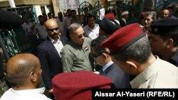 وزير الدفاع خالد العبيدي أثناء زيارته الى النجف