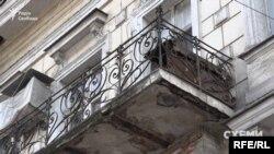 Фахівчиня пояснює, що така картина спостерігається під дахами будинків дуже часто