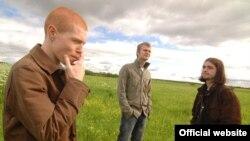 Музыкант и электронный бузотер Савва (слева) с друзьями в русском поле