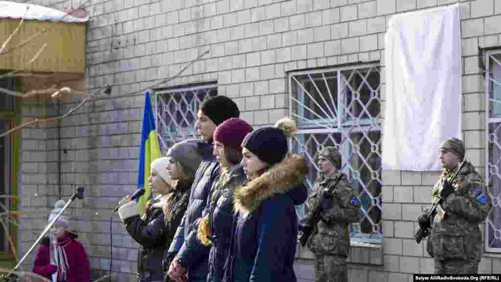 Учні школи, де навчався Андрій, провели урочисту частину відкриття меморіальної дошки