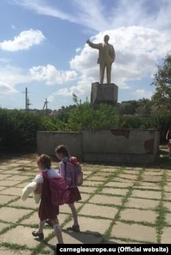 Діти з гагаузької громади йдуть до школи у селі Виноградівка поблизу Болграда