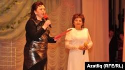 Таңсылу Бәйрәмгулова (у) концертны алып баручы Фәридә Айдарова белән
