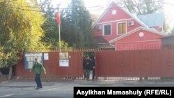 Люди на выходе из консульства Кыргызстана в Казахстане, где открыт избирательный участок. Алматы, 15 октября 2017 года.