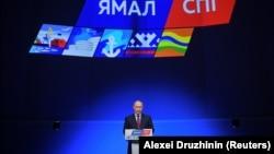 Vladimir Putin Christophe de Margerie buzqıran tankerinin maye qazla doldurulması mərasimində