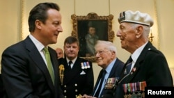 """Премьер-министр Великобритании Дэвид Кэмерон вручает медаль """"Арктическая звезда"""" ветерану Второй мировой войны Генри Дэмпстеру. Лондон, 19 марта 2013 года."""