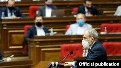 Премьер-министр Армении Никол Пашинян выступает в парламенте (архив)