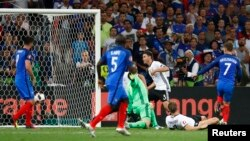 Ֆրանսիացի Անտուան Գրիզմանը երկրորդ գնդակն է ուղարկում Գերմանիայի հավաքականի դարպասը, Մարսել, 7-ը հուլիսի, 2016թ.