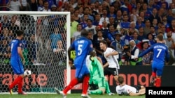 Антуан Ґрізманн (у синій формі з номером 7) забиває другий гол у ворота Мануеля Нойєра, Марсель, 7 липня 2016 року