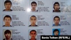 Терроризмге қатысты іздеу жарияланған адамдардың суреттері. Атырау,11 қыркүйек 2012 жыл. (Көрнекі сурет)