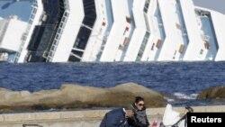 Pogled na prevrnuti brod sa obale