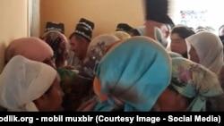 Узбекские пенсионеры стоят в очереди за пенсией, архивное фото.